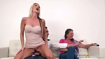 su folla prima a Busty milf sucks strapon